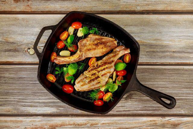 フライパンで炒めている肉と野菜
