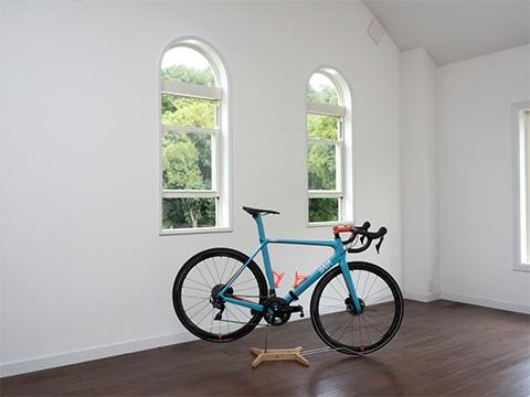 スタンドにバイクを乗せるだけの簡単設置