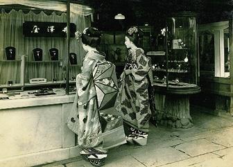 photo 井澤屋と舞妓(昭和初期)