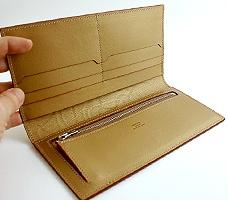 金唐革 二つ折り札入れ「椿」クリーム:中の革はやわらかなゴールドです