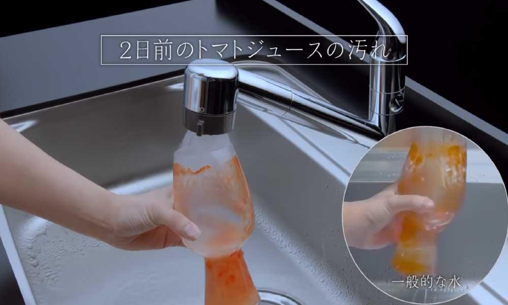 テレビCMで人気の2日前のトマトジュースの汚れを落とすシーン