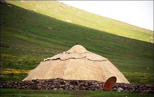 テントとパラボラアンテナ