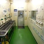 工場入場時にはローラー掛けを行い、手洗い・殺菌をした後、エアシャワー室を通り工場に入ります。
