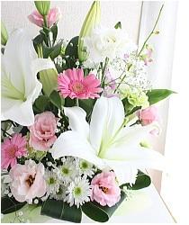 白いユリとピンクの花ののアレンジメント