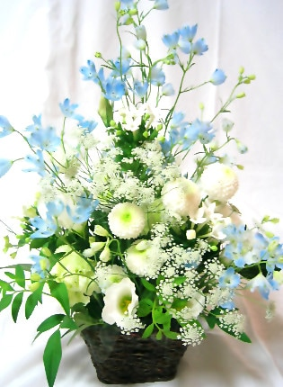 白い花と水色の豪華なお供え花