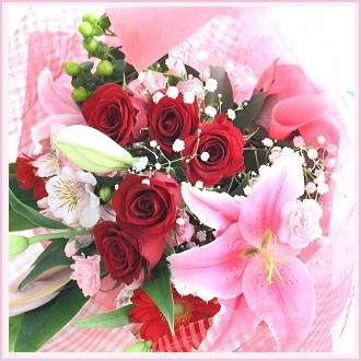 赤いバラとユリの花束