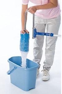 スポンジを押さえるだけで簡単に排水できます/テラモト 吸水ローラー ミニ