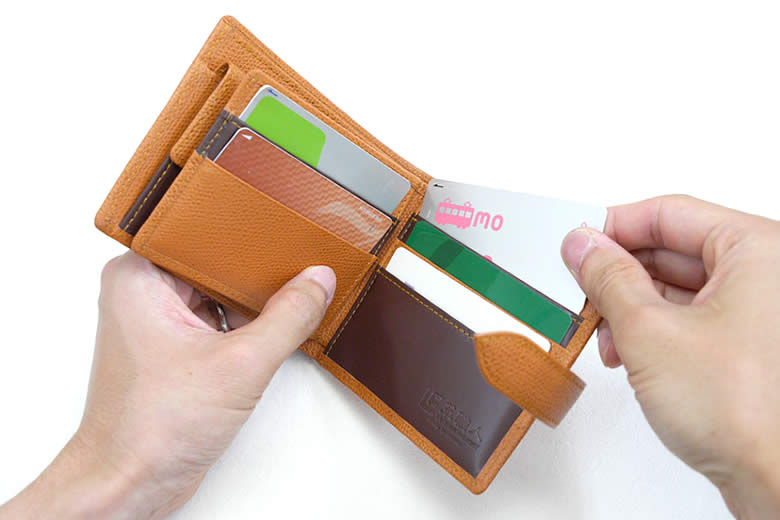ベラがついて合計7枚のカードを収納