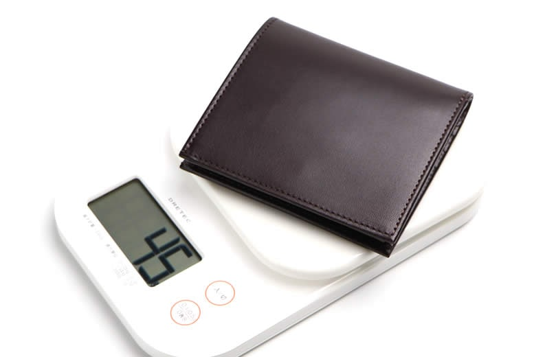 軽く仕上げた二つ折り財布