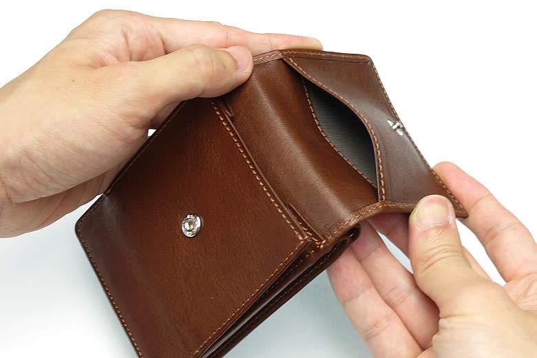 小銭入れのかぶせ裏にポケット