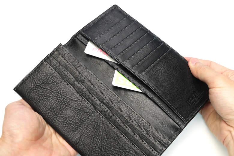 かぶせ裏にはポケットが2つ