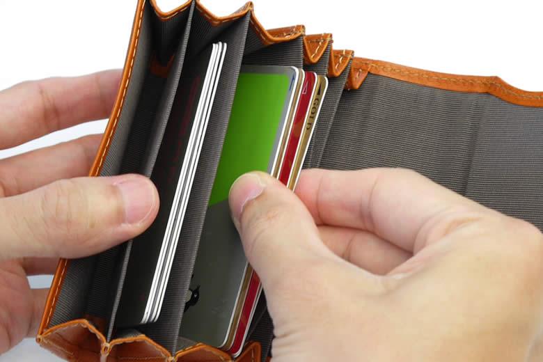 1つのポケットにカードを4枚