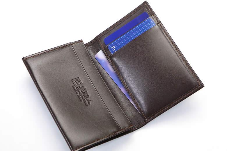かぶせ裏にはカード段とポケット