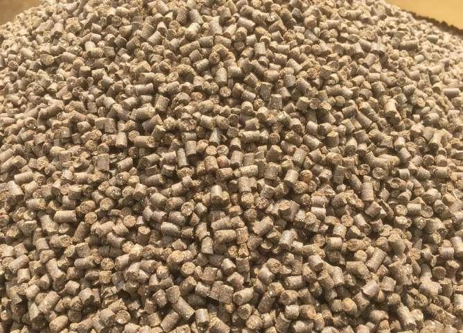 発酵、熟成させて作られた鮭のボカシ肥料