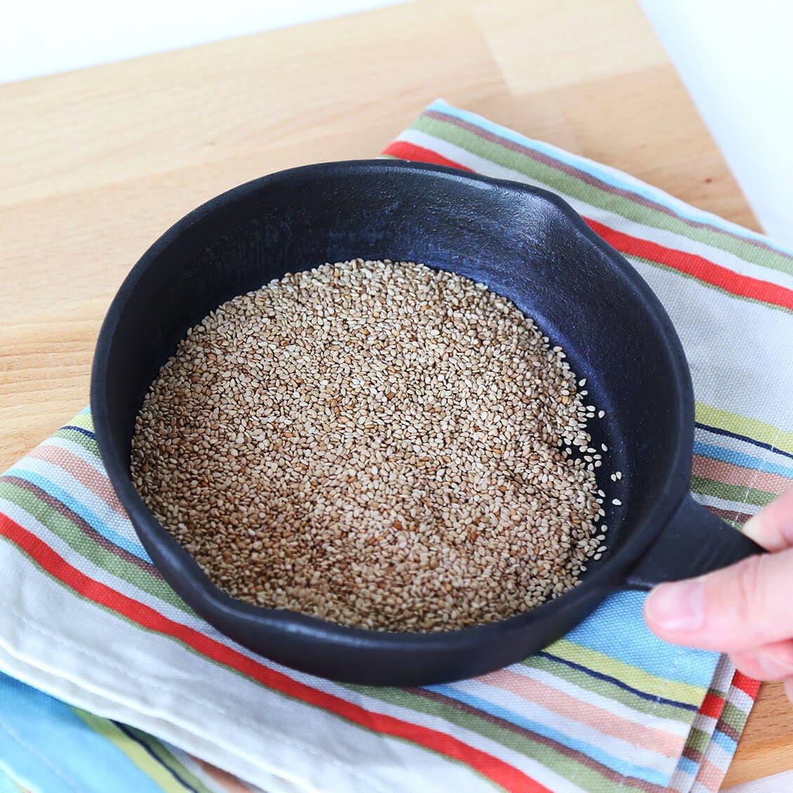 喜界島のごまは、フライパンで煎ると風味が増します
