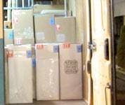 整然とヤマトのトラックの中に並べられ、発送を待っている商品たち