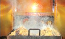 桜のチップの炭火で燻す