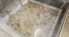 75℃の湯温でゆっくりとボイルされるハム。