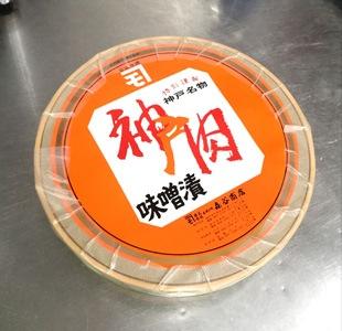 牛肉味噌漬の作り方 牛肉を味噌に漬けて蓋をしたあとはレトロなデザインのラベルを貼ります。