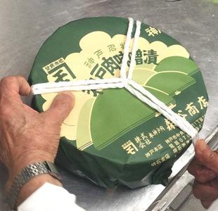 牛肉味噌漬の作り方 最初に紐を樽の上面を三等分するような形にかけます