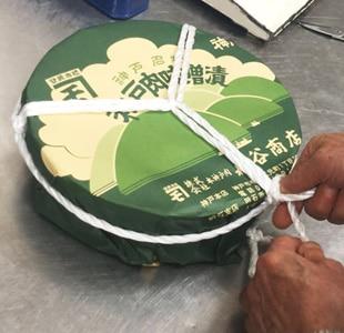 牛肉味噌漬の作り方 次にその紐が動かないように樽の側面に紐を掛けます