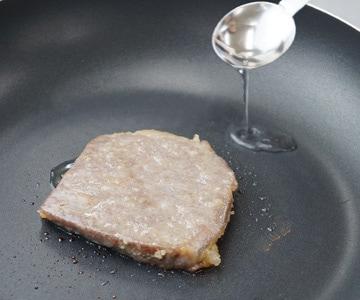 牛肉味噌漬のおいしい召し上がり方2 少しお酒を振ってください。