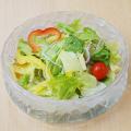 神戸牛モモしゃぶしゃぶレシピ1 器にサラダの野菜を盛り付け