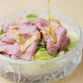 神戸牛モモしゃぶしゃぶレシピ4 冷めた神戸牛モモしゃぶしゃぶをサラダの上に盛り付けてごまたれを回しかける
