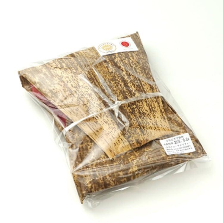 肉を竹皮に包みビニール袋に入れる