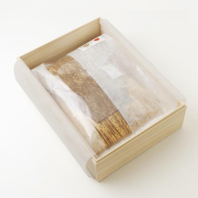 和紙調布を敷き肉を箱に入れる