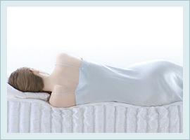 横になる女性で分かるベッドの沈み方