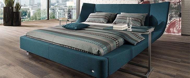 広い寝室にあるRUFのベッド