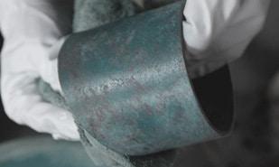 KANAYAは高岡銅器(富山県)の金属鋳造技術によるブランドです。高岡銅器とは、1611年(慶長16年)加賀藩主、前田利長が町の繁栄を図るために7人の鋳物師を高岡市金屋町に呼び寄せたことからはじまりました。そして誕生から400年を迎えた2011年、高岡銅器協同組合の13社の有志によりKANAYAは生まれました。KANAYAでは丁寧につくり上げられる金属鋳物にデザインや機能を付加し、現代のライフスタイルにマッチした製品を提案しています。