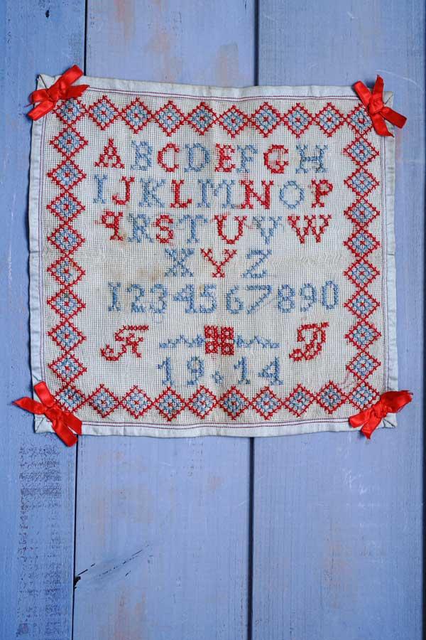 イギリスの1914年刺繍サンプラー32×33.5cm ge-835