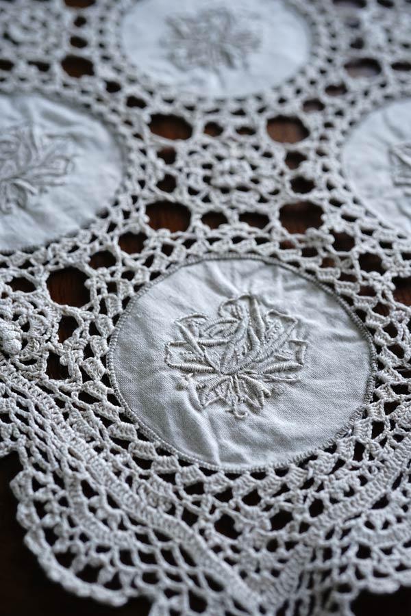 ベージュのモチーフ刺繍とクロッシュレースのテーブルセンター59×38cm ge-838