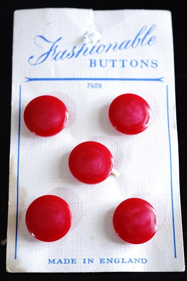 イギリスの赤のプラスティックボタン5個付きシートW1.6cm  gs-1321