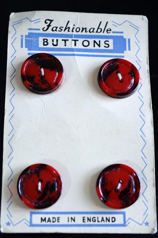 イギリスのベークライト赤のマーブルボタン4個付きシートW1.8cm gs-1323