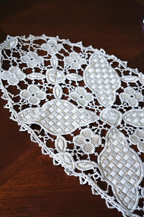 ベージュの刺繍をニードルワークで繋げたレースのテーブルマット70×35cm gla-1173