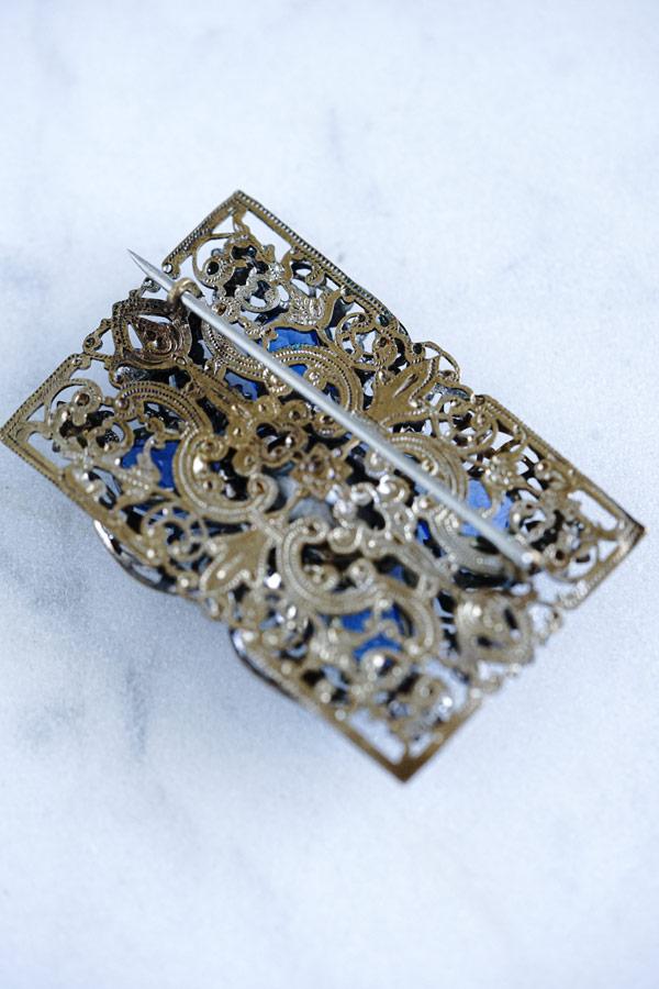 繊細なメタルフレームにブルーガラスストーンのブローチ1930年代5×3.5cm ga-921