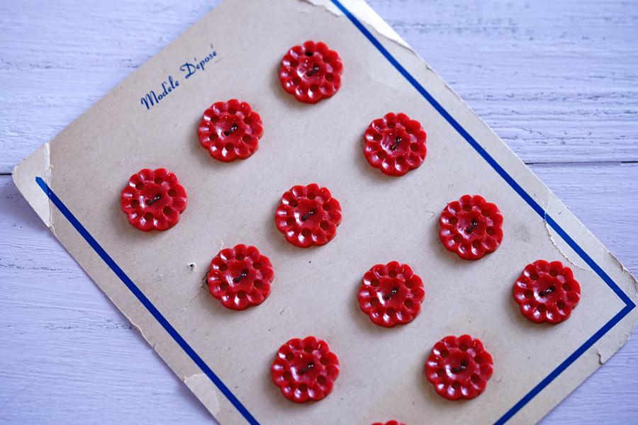 アンティークレッドフラワープラスティックボタンW2.1cm gs-1338