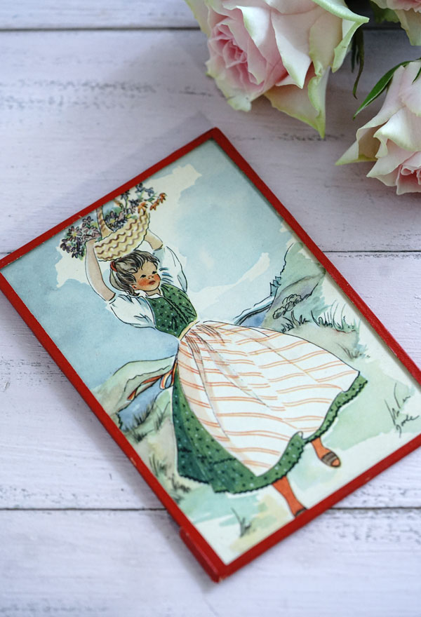 ガラスフレーム入り美しいポストカードバスケットを掲げる少女 1950年代gh-249