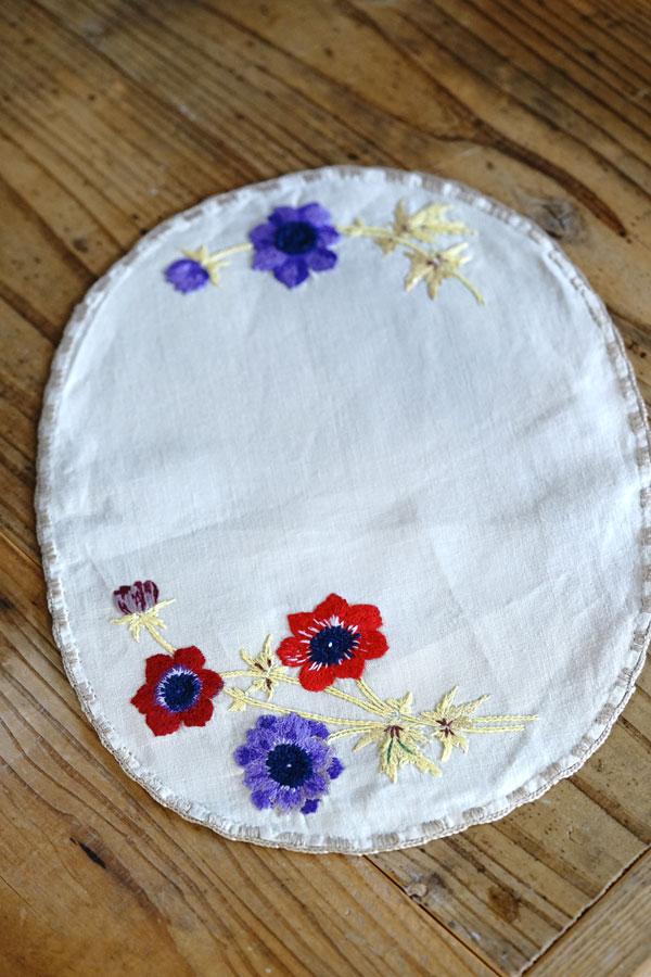 イギリスのアネモネ刺繍のリネンマット30×23cm ge-861