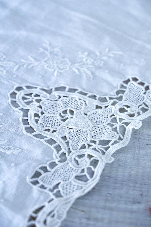 アンティークの麻にニードルレースとホワイトワーク刺繍のクロス67×90cm ge-868