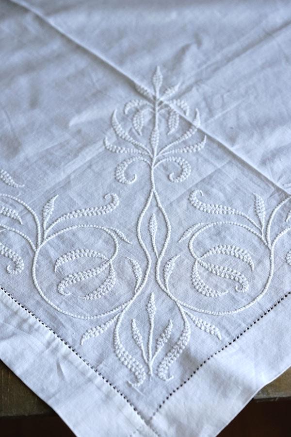 アンティークホワイトワーク刺繍のコットンテーブルクロス101×98cm ge-874