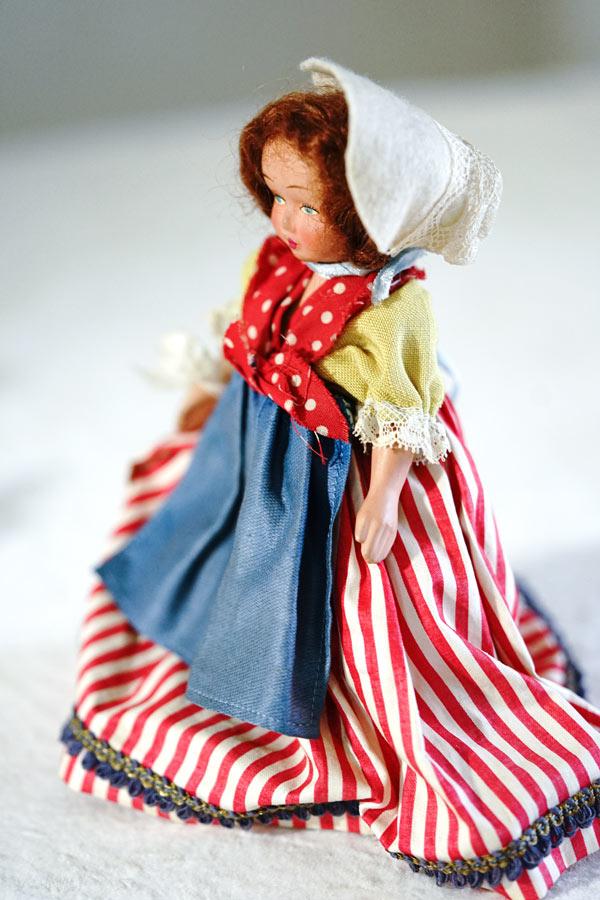 アンティーク赤のストライブのスカートが可愛い民族衣装のビスクドールH18cm gt-909