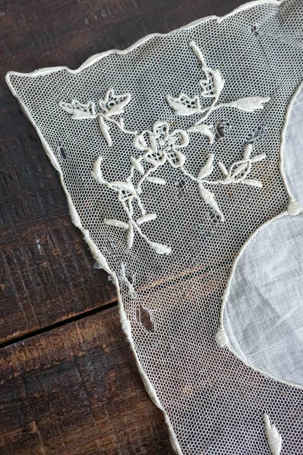 アンティークチュールに手刺繍のハンカチ21×22cm gla-1237