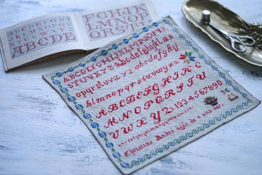 フランスモノグラム刺繍サンプラー1867年 25.5×25.5cm ge-894