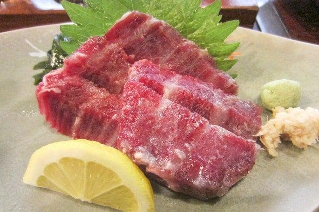 薬味と共にお皿に盛られた鯨肉