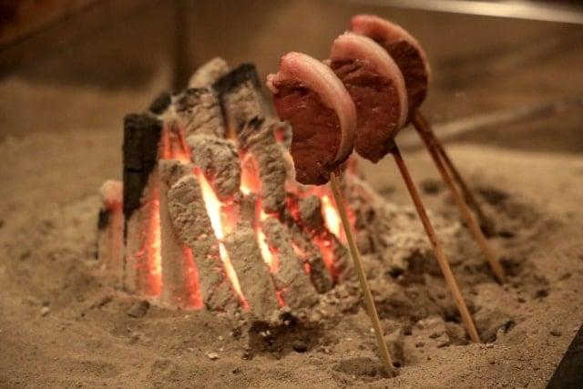 いろりで焼かれる肉