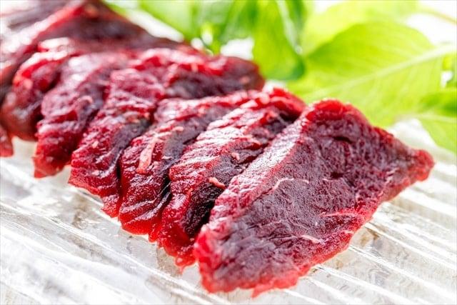 お皿に盛られたミンククジラの赤身